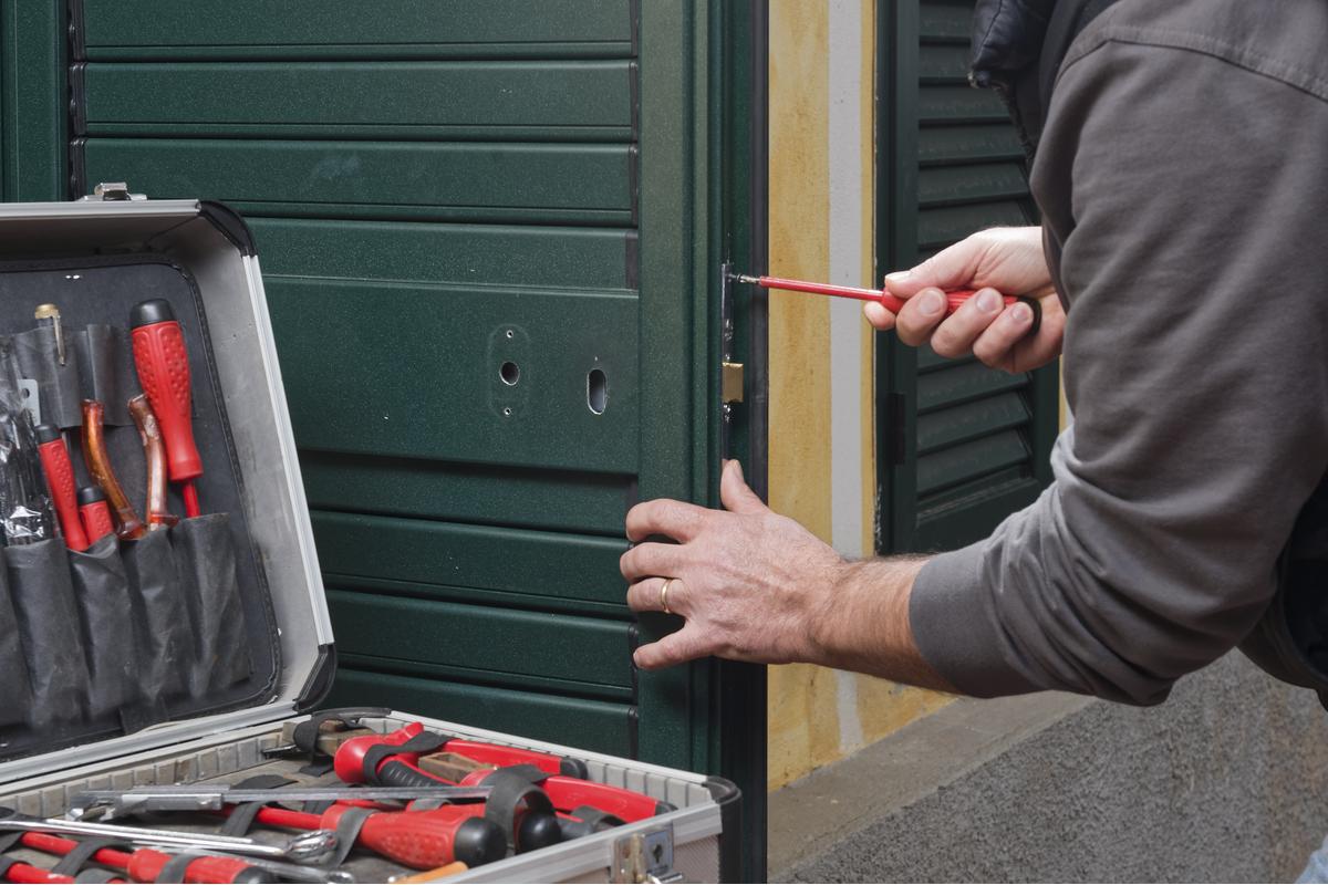 Locksmith in Cottonwood Heights lock install